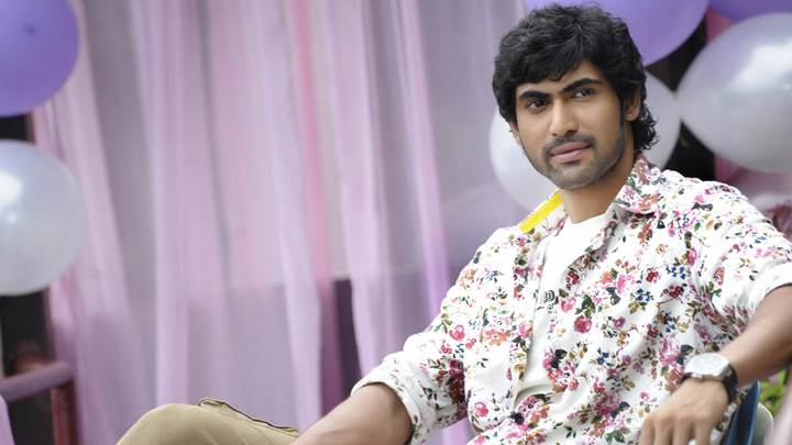 Rana Daggubati Looking Front Sitting Pose In Naa Ishtam